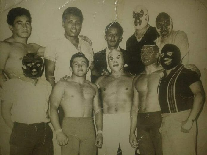Delfino Espíndola Serrano (front row, second from left to right) was an excellent wrestler but never truly stood out. To reach the heights he desired, he would have to change his image completely. Meeting El Santo in 1965 while working in Guatemala permanently altered the course of his career.